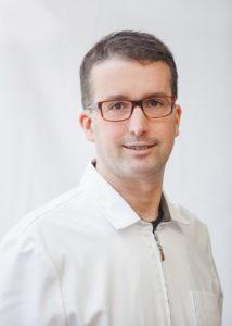 Le dentiste David Côté a obtenu son Doctorat en Médicine Dentaire (D.M.D.) de la Faculté de médecine dentaire de l'Université de Montréal en 1996